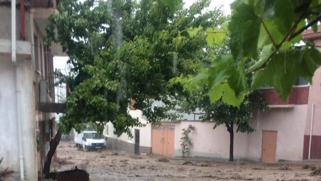 GÜNCELLEME - Manisa'da sağanak su baskınlarına neden oldu
