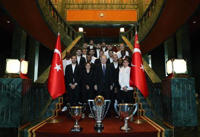cumhurbaskani-erdogan-besiktas-yoneticilerini-ve-futbolcularini-kabul-etti-galeri-1