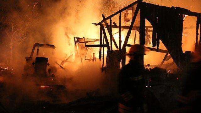 Bolu'da çıkan yangında iki katlı ahşap ev ile traktör yandı
