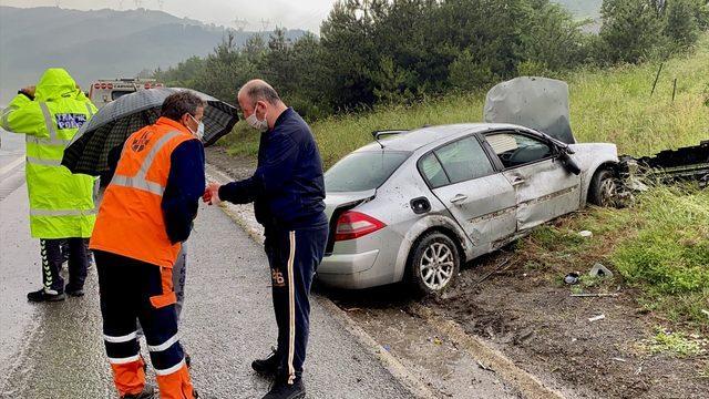 Düzce'de yağış nedeniyle yoldan çıkan otomobil ağaçlara çarptı: 2 yaralı