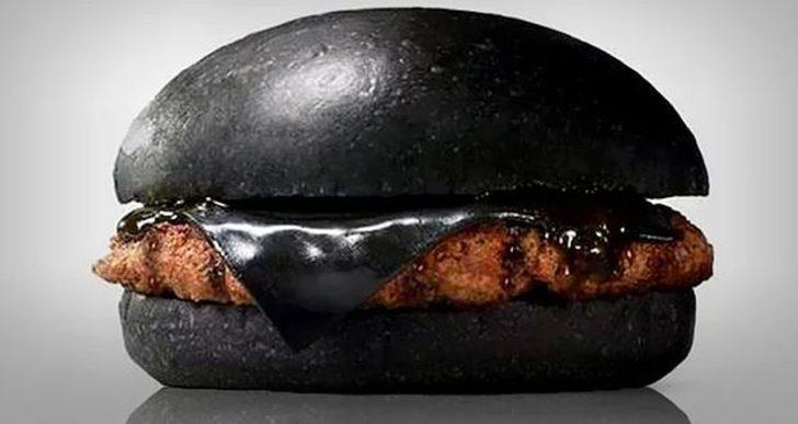 Böylesini görmediniz! Siyah hamburger olur mu demeyin