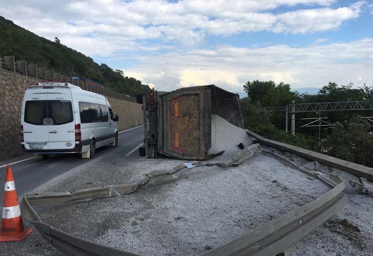 Feci kaza! Mıcır yüklü kamyon devrildi, D-100 ve tren yolu kapandı