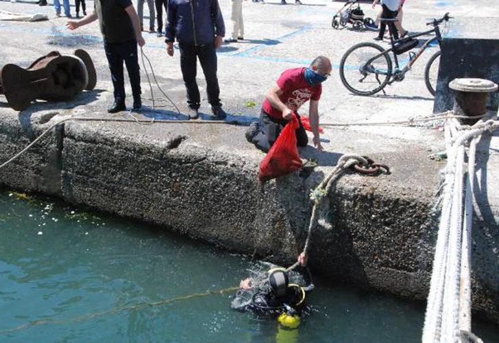 Amasra'da denizden 1 saatte 20 çuval atık çıkardılar