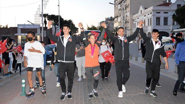 Dünya şampiyonu cimnastikçi Ayşe Begüm Onbaşı, memleketi Manisa'da coşkuyla karşılandı