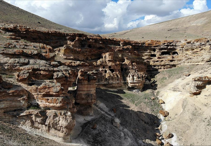 Kayaların oyulmasıyla ortaya çıkan 'Yukarı Biligan Mağaraları' ziyaretçilerini bekliyor
