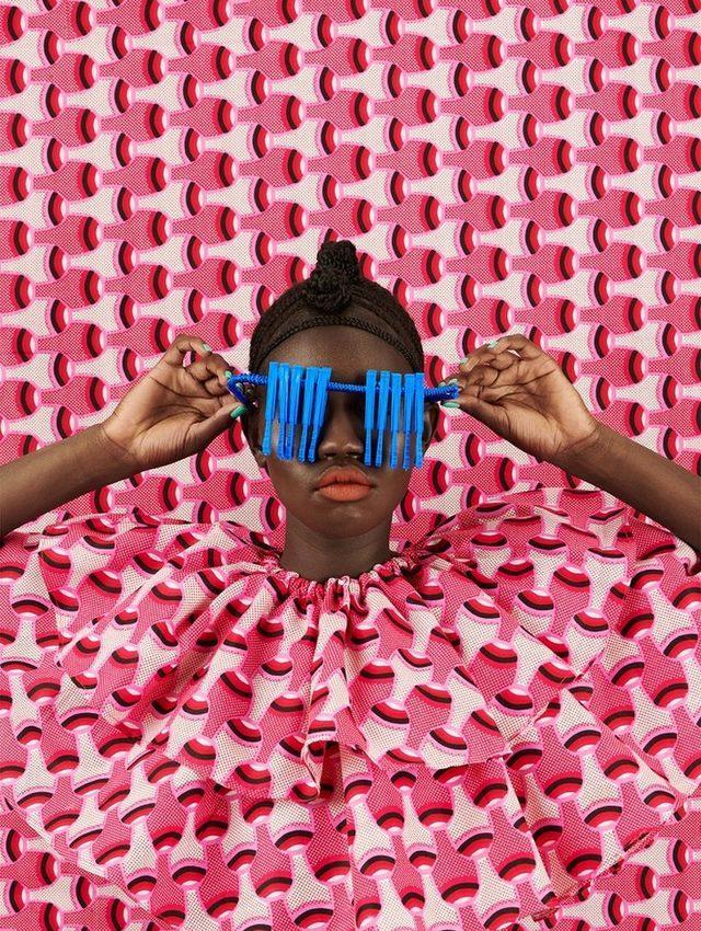 Renkli kumaş tarafından gizlenmiş kadın