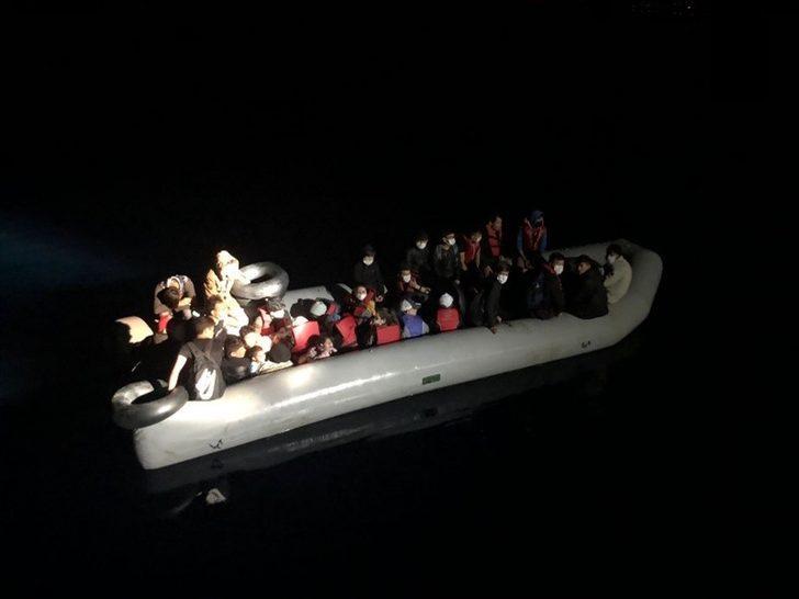 İzmir açıklarında, Türk kara sularına itilen 31 sığınmacı kurtarıldı