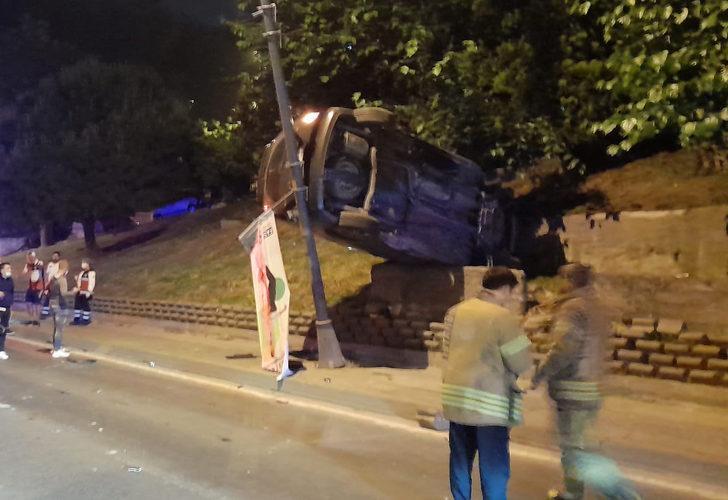 Eyüpsultan'da ilginç kaza! Aydınlatma direği ile beton bariyer arasında asılı kaldı