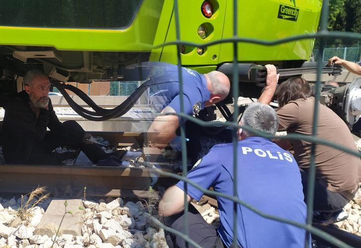 Bursa'da korku dolu anlar! Elindeki bıçakla metronun altına yattı