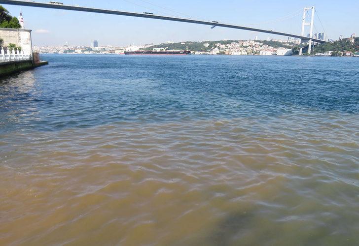 Gören şaşkına döndü! İstanbul Boğazı kahverengi oldu