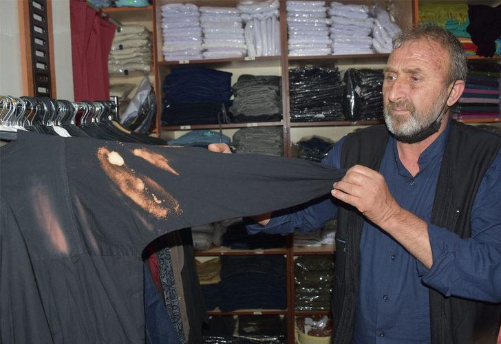 Gece hac malzemeleri satan mağazaya girdi, kıyafetlere çamaşır suyu döktü