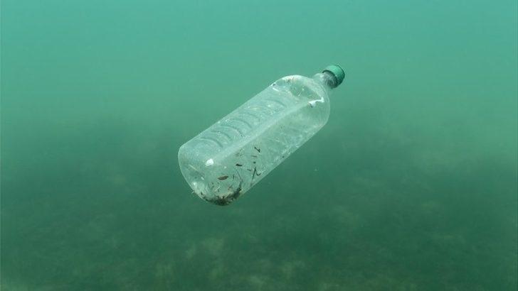 Okyanuslarda bulunan plastik çöplerin neredeyse yarısı 'paket yiyecek ve içecek kaynaklı'