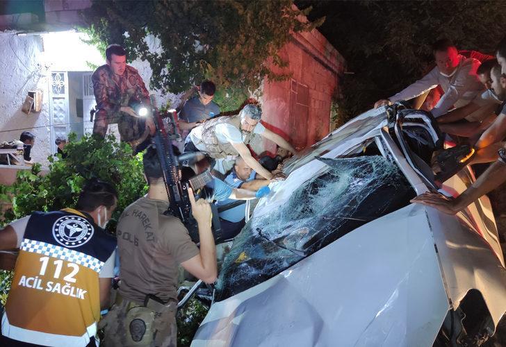 Korkunç kaza! Takla atan araç eve çarparak durabildi: 1 ölü, 1 yaralı