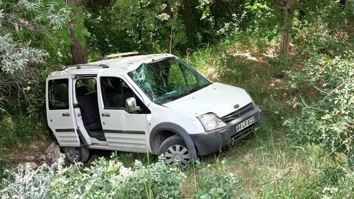 Elazığ'da hafif ticari araç devrildi: 3 yaralı