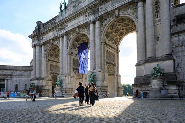 Brüksel'de zirve öncesinde Cinquantenaire kapısına NATO bayrağı asıldı.