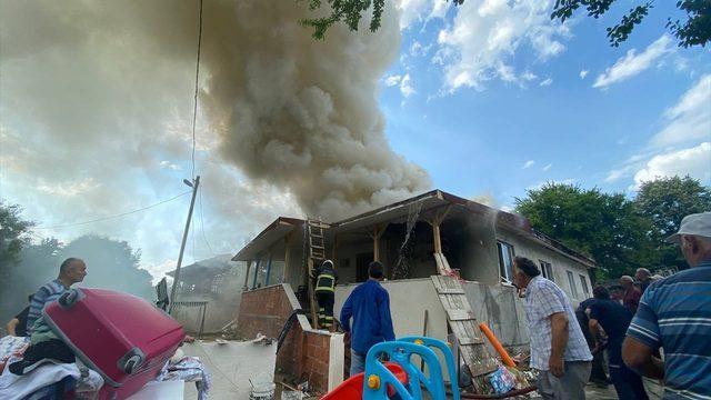 Düzce'de çıkan yangında müstakil ev kullanılamaz hale geldi