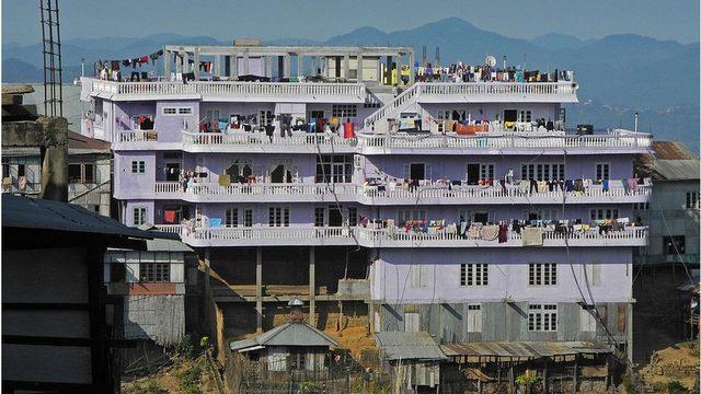 Ailenin yaşadığı 100 odalı ev turistlerin ilgi odağı oldu.