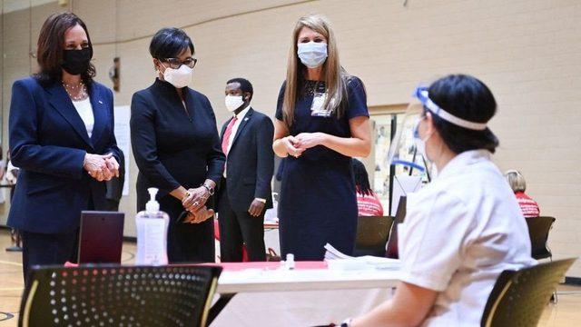 ABD Başkan Yardımcısı Kamala Harris, Pazartesi günü bir aşılama merkezini ziyaret etti.