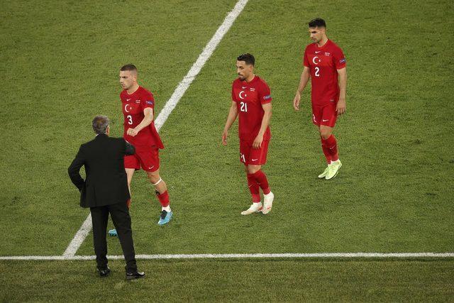 Şenol Güneş, ilk iki maçta yaptığı oyuncu değişikliği hamleleri sebebiyle eleştirildi.