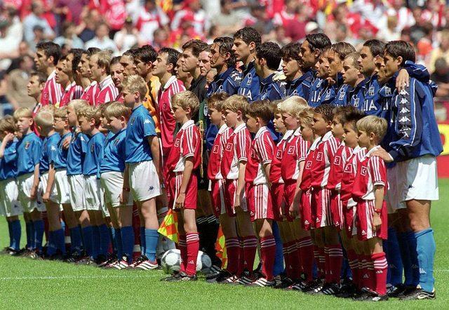 EURO 2000'de Türkiye, B Grubu'ndaki ilk maçında İtalya karşısında sahadan 2-1'lik mağlubiyetle ayrılmıştı. Ardından İsveç ile 0-0 berabere kalan Milli Takım, son maçında Belçika'yı 2-0 yenmişti. Bu sonuçlarla çeyrek finale yükselen Milliler, Portekiz'e 2-0 yenilerek turnuvaya veda etmişti.
