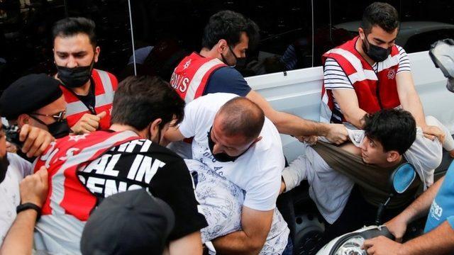 İstanbul'da dün HDP'ye yönelik saldırıyla ilgili basın açıklaması yapan gruba polis müdahale etti