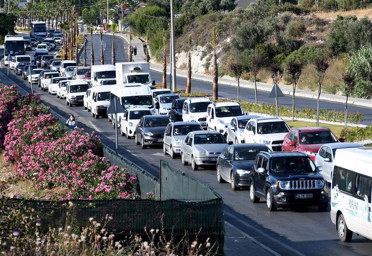 Tatilciler 2 günlük tatil için Kuşadası'na akın etti