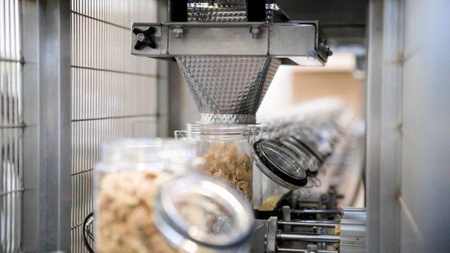 Şişelenmiş üretim hattındaki atıştırmalıklar