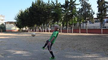 81 yaşındaki futbol tutkunu, gençlere taş çıkartıyor