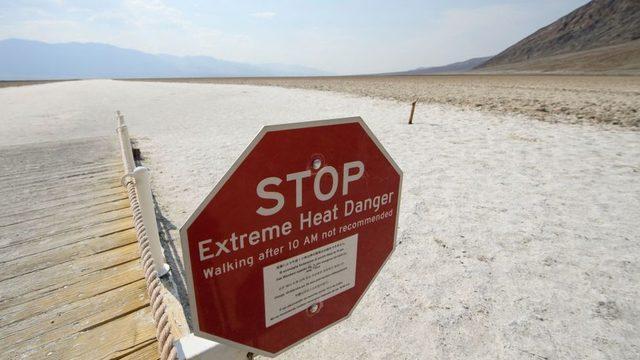 Aşırı sıcak hava nedeniyle California Eyaleti'nde uyarı tabelaları görülüyor.