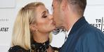 Nişanlısını öpücüklere boğdu