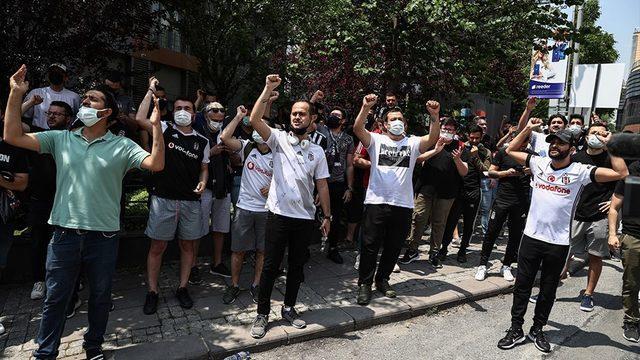 Beşiktaş taraftarı, Sergen Yalçın'ın evine gitti