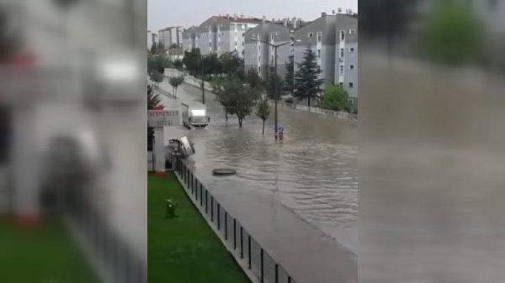 Ankara'da cadde ve sokaklar göle döndü! Bazı evleri su bastı