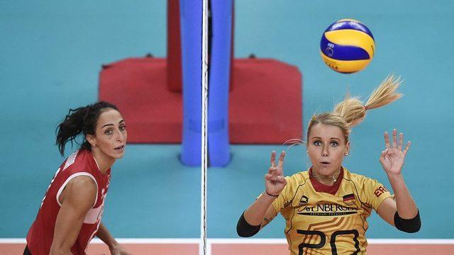 Eski milli voleybolcu Gözde Kırdar (solda), Volley 2015 Kadınlar Çeyrek Final maçında Almanya karşı mücadele ederken.