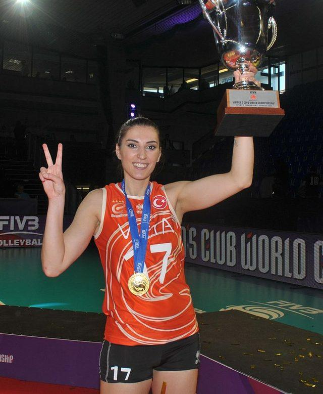 Neslihan Demir, Eczacıbaşı ile kazandığı FIVB CEV Kadınlar Şampiyonlar Ligi Şampiyonluğu kupasıyla birlikte.