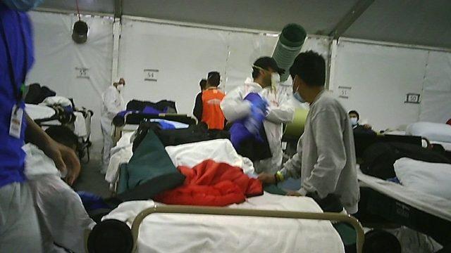 Herhangi bir çocuğun Covid-19 testinin pozitif çıkması durumunda, yatağı toplanıp Covid hastalarının çadırına götürülüyor.