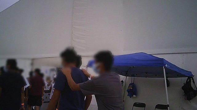 Fort Bliss kampı yaklaşık 2 bin ebeveynsiz göçmen çocuğa ev sahipliği yapıyor.