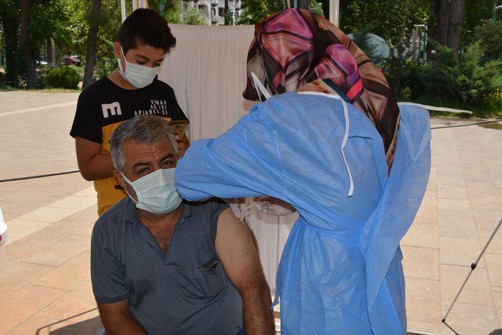Gaziantep'te 4 kez Kovid-19 aşısı için randevu alıp korkudan gitmeyen kişiyi 12 yaşındaki oğlu ikna etti