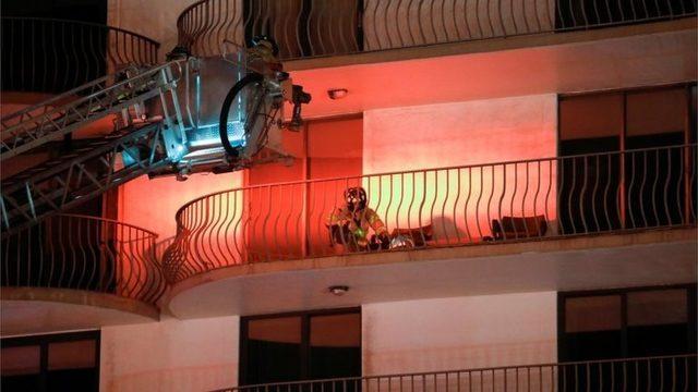 Çevre binalarda güvenliği sağlamak için vinçler kullanılıyor.