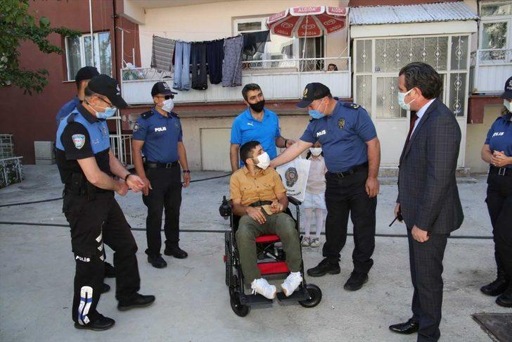 Erzurum'da tekerlekli sandalyesi çalınan engelli gencin yüzü polisin akülü araç hediyesiyle güldü