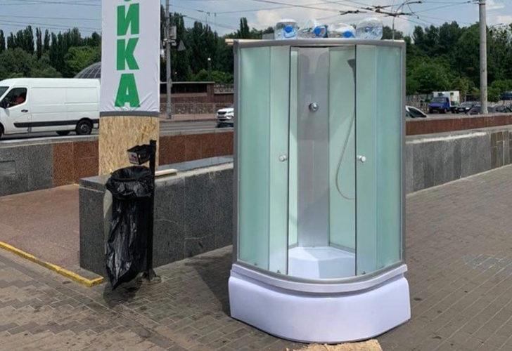 Ukrayna'da şaşırtan görüntü! Sıcaklara karşı sokaklara seyyar duşlar kuruldu