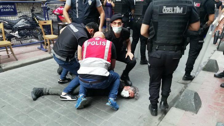 İstanbul'daki Onur Yürüyüşü sırasında AFP foto muhabiri Bülent Kılıç boğazına bastırılarak gözaltına alındı