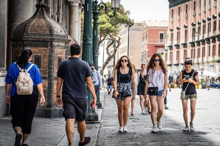İtalya'da açık alanlarda maske zorunluluğu kaldırıldı