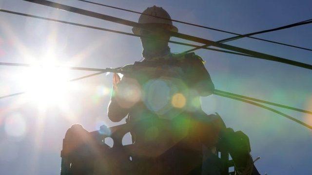 ABD'nin Washington eyaletinde sıcakta fiber optik kabloları tamir eden bir işçi