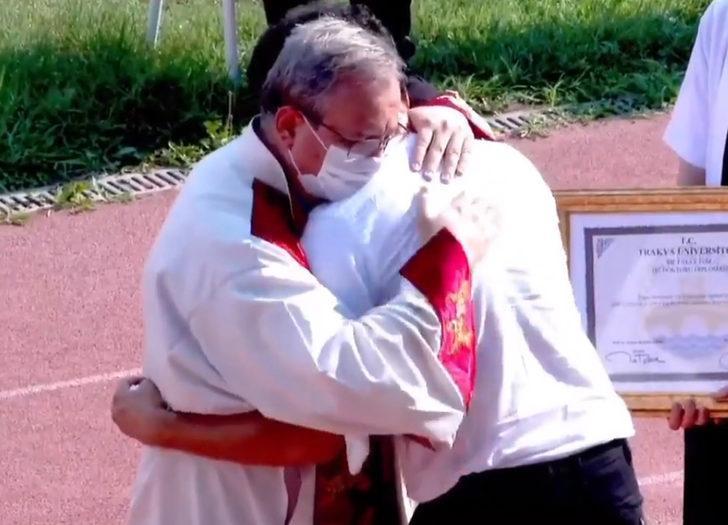 Kanserden ölen Rüya'nın ağabeyi ve rektör törende birbirlerine sarılarak ağladı