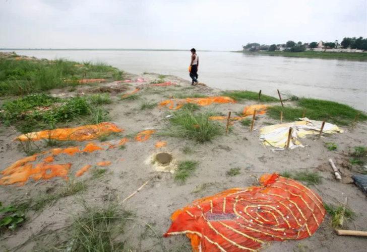 Hindistan'ın kabusu bitmiyor! Koronavirüsten ölen kişiler Ganj Nehri kıyısına vurdu, mezarlar ortaya çıktı