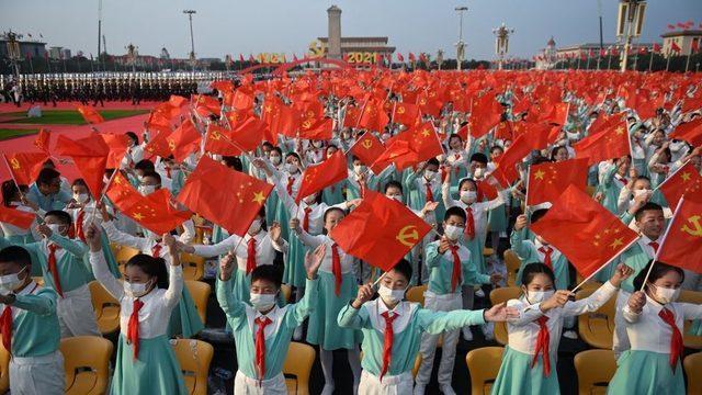 Tiananmen Meydanı'ndaki kutlamalara büyük kalabalıklar katıldı.