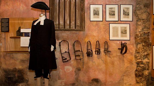 Köle ticaretinin gerçekleştiği döneme ait kıyafetler Kurá Hulanda Müzesi'nde sergileniyor