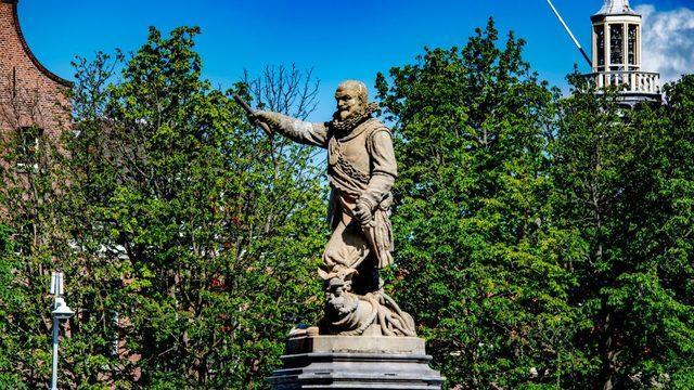 İsmi Hollanda'ya ait Batı Hindistan Şirketi (WIC) ve kölelik ticareti ile özdeşleşen eski Amiral Piet Hein'in heykeli