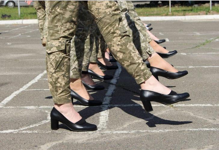 Ukraynalı kadın askerler, geçit töreni provalarına topuklu ayakkabılarla katıldı
