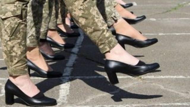 Ukrayna'da topuklu ayakkabılı geçit töreni provası tepki topladı